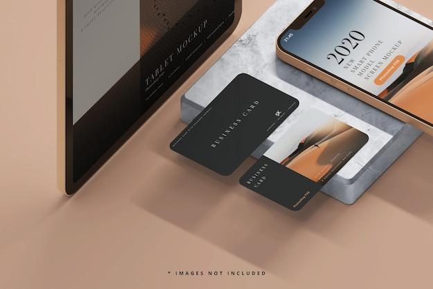 명함 모형이있는 스마트 폰 및 태블릿