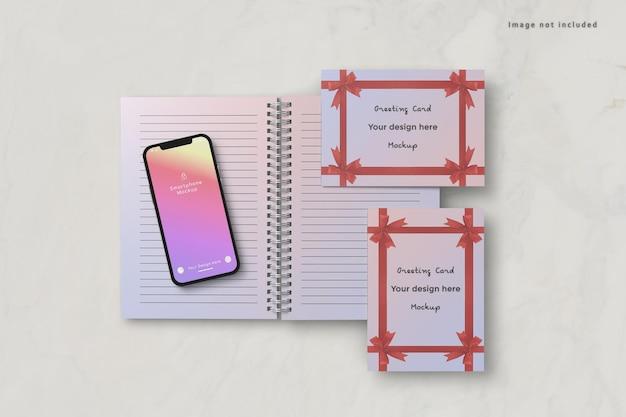 スマートフォンとグリーティングカードのモックアップ