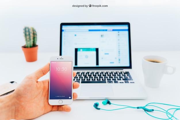 Смартфон и макет ноутбука с кактусом