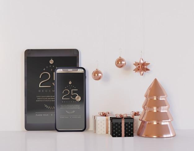 クリスマスの装飾が施されたスマートフォンとタブレットのモックアップ