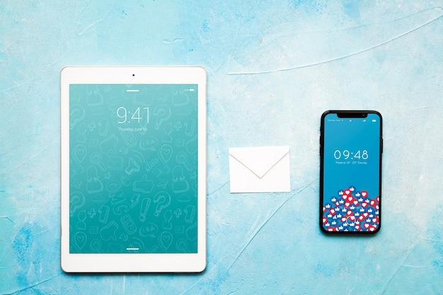 スマートフォンとタブレット模型の電子メールコンセプト