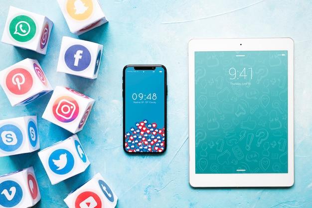 소셜 미디어 개념 스마트 폰 및 태블릿 이랑