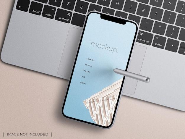 노트북 키보드 프리젠테이션 모형 상단 보기에 스타일러스가 있는 스마트폰 장치 앱 화면