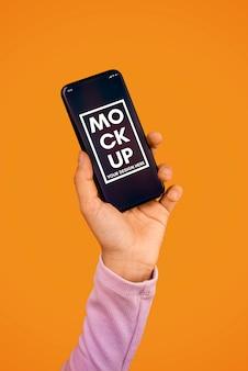 スマートフォンのモックアップを手で保持