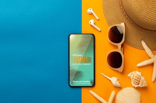 ビーチアクセサリーとイヤホン、トップビューのスマートフォンのモックアップ画面