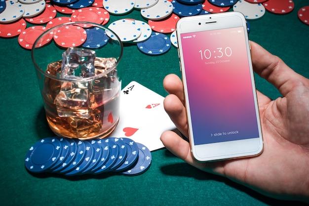 Mockup di smartphone con il concetto di casinò