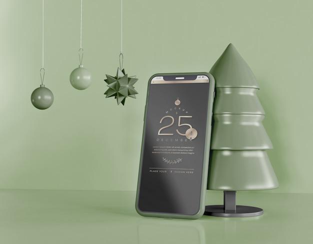 Мокап смартфона с рождественским украшением