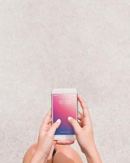 Макет смартфона с человеком, использующим его