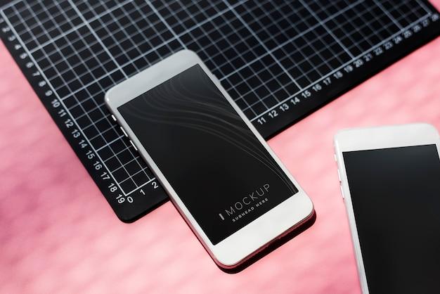 テーブルの上のスマートフォンのモックアップ
