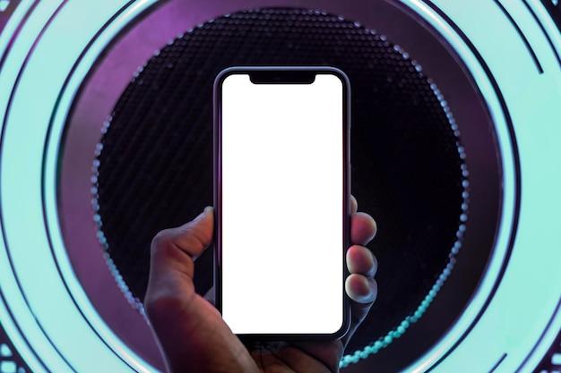 Макет экрана смартфона на светящихся неоновых огнях