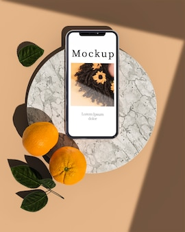 柑橘類と葉を持つスマートフォン