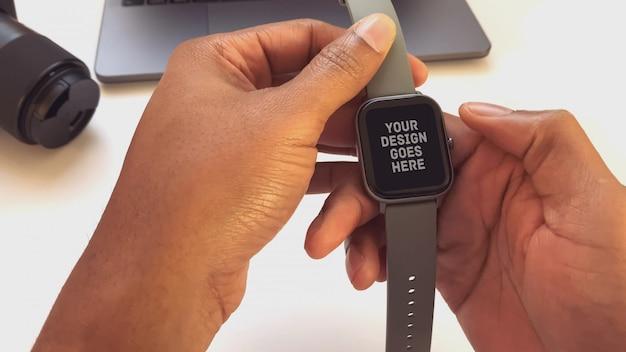 한 손에 smartwatch
