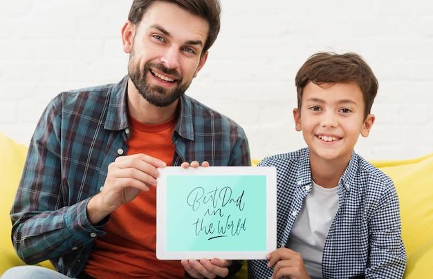 웃는 아버지와 아들 전자 태블릿을 들고