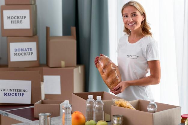 Volontario di smiley che prepara il cibo per la donazione