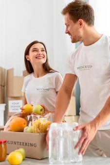 Volontari di smiley preparano scatole per la donazione