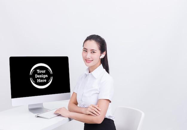 컴퓨터 이랑 issolated 웃는 비즈니스 우먼