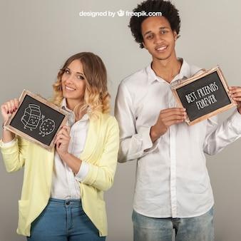 Sorridente coppie in possesso di palme