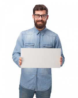 空白の看板を示す笑顔男