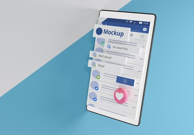 モックアップデバイス上のソーシャルメディアアプリのインターフェース