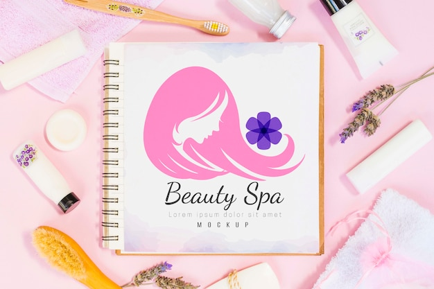 Assortimento di spa e benessere con mock-up per notebook