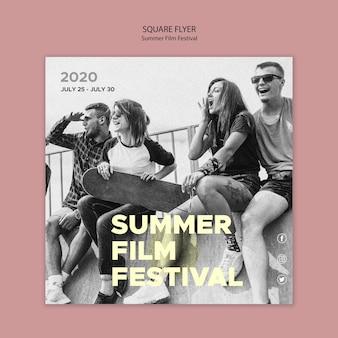 Проводить время с друзьями на летнем фестивале квадратный флаер