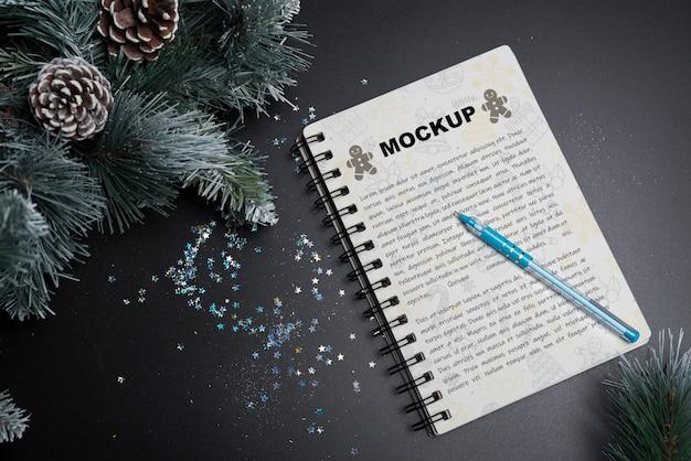 クリスマスのスパイラルノートブックモックアップ