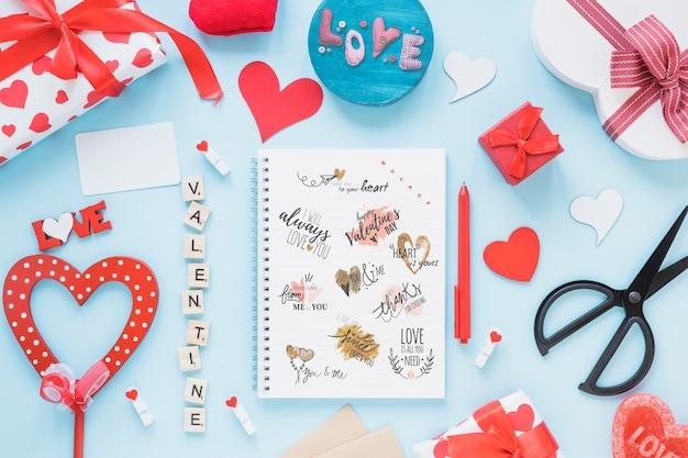 バレンタインデーのスパイラルノートブックモックアップ
