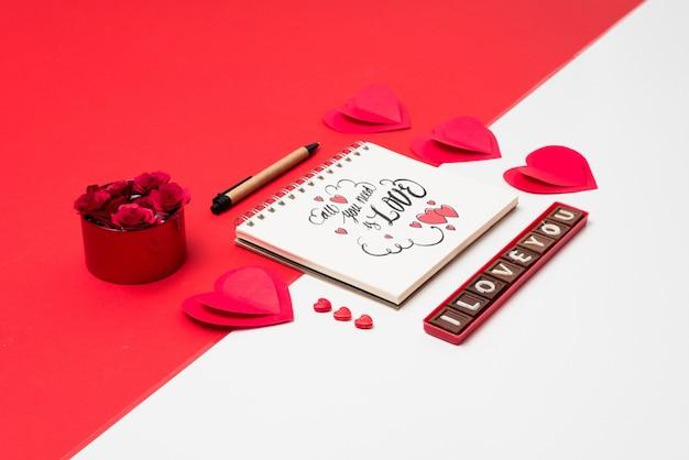 バレンタインコンセプトのスパイラルノートブックモックアップ