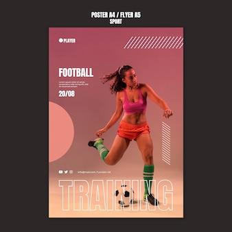 Шаблон спортивного плаката с фотографией женщины, играющей в футбол