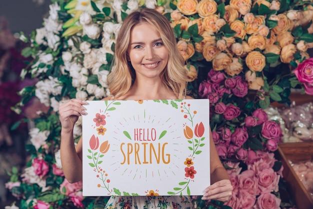 Концепция весна с женщиной, держащей бумажный макет