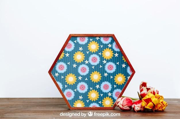 Весенний макет с шестиугольной рамкой из цветов