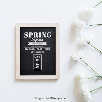 スレートと白い花の春のモックアップ