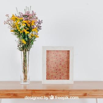 縦のフレームと花瓶のテーブル上の春のモックアップ