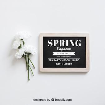 슬레이트 옆에 흰색 꽃으로 봄 이랑 무료 PSD 파일