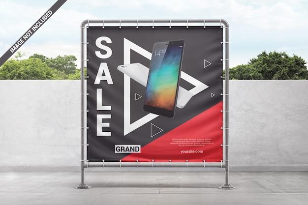 金属フレームのモックアップに正方形の広告ビニールバナー