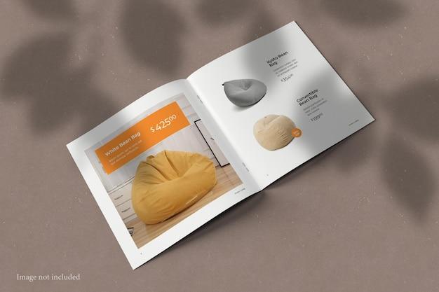 シャドウオーバーレイ付きの正方形のパンフレットカタログモックアップ