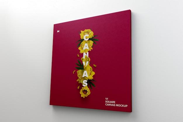 Квадратный холст макет висит на стене