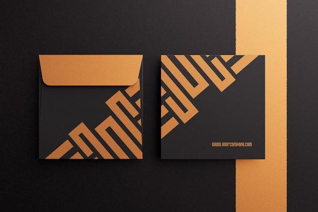 暗い色の正方形の封筒のモックアップ