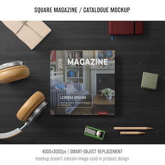 正方形の雑誌または静止画のカタログモックアップ