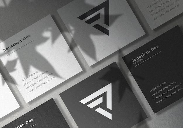 정사각형이있는 정사각형 이름 카드 목업 디자인