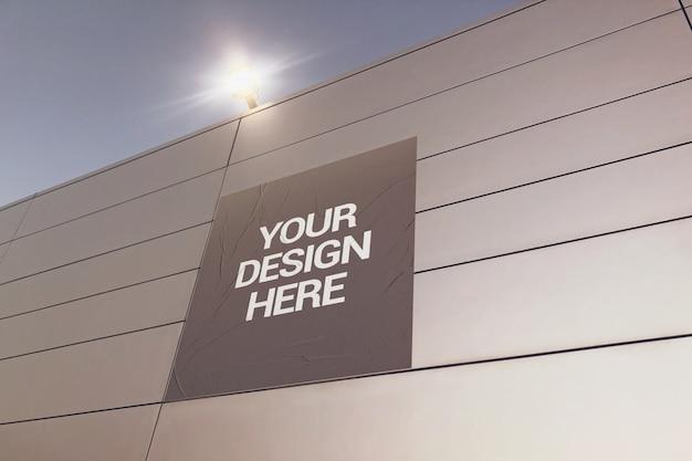 Квадратный макет плаката на наружной стене