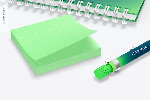 文房具のモックアップ付きの正方形の付箋