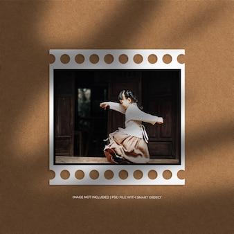 Квадратный макет рамки белой бумажной пленки и наложение теней