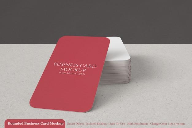 丸みを帯びた角のモックアップ付きの90x50mmテクスチャードコーポレートビジネスカードを積み上げ