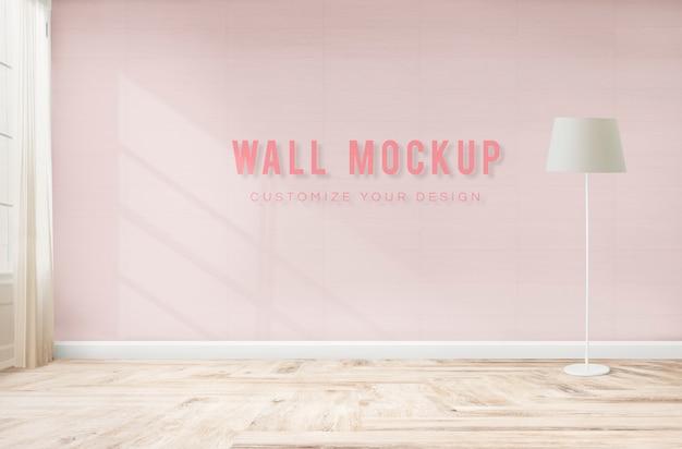 Стоящая лампа в розовой комнате