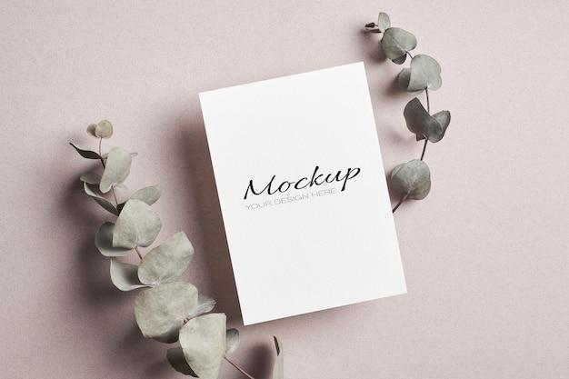 마른 유칼립투스 나뭇 가지가있는 고정 초대장 또는 인사말 카드 모형