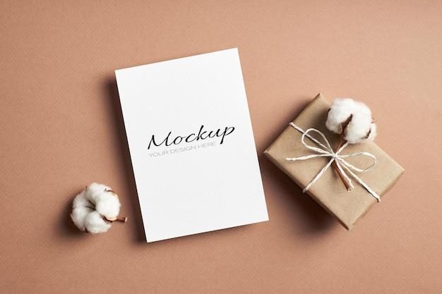 선물 상자와 천연 목화 식물 꽃이있는 고정 초대장 또는 인사말 카드 모형