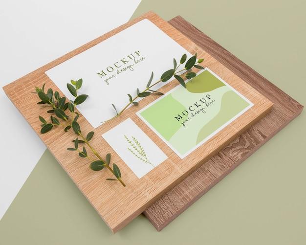 文房具や植物の配置ハイアングル