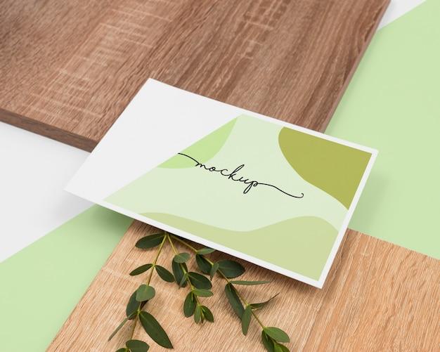 文房具や植物の品揃えハイアングル