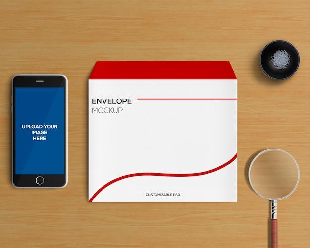 封筒とスマートフォンモックアップを備えたステーショナリーコンセプト